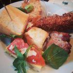 Veisludiskur: Eggjakaka með reyktum lax, innbökuð pylsa, beikonvafðar döðlur, mini pulled pork samloka, seljurótarklatti og kjúklingalund í kókoshjúp